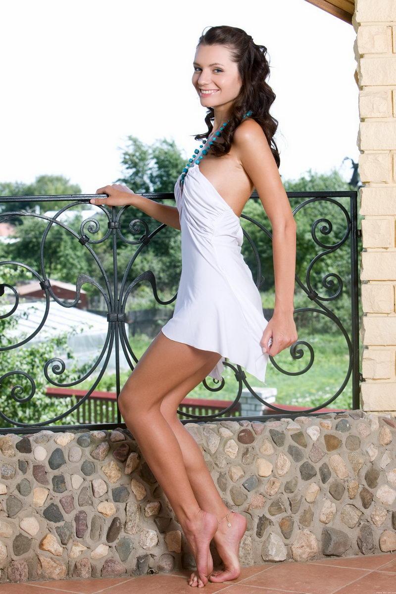 美美人体艺术_外拍别墅阳台上美丽俏丽的裸模