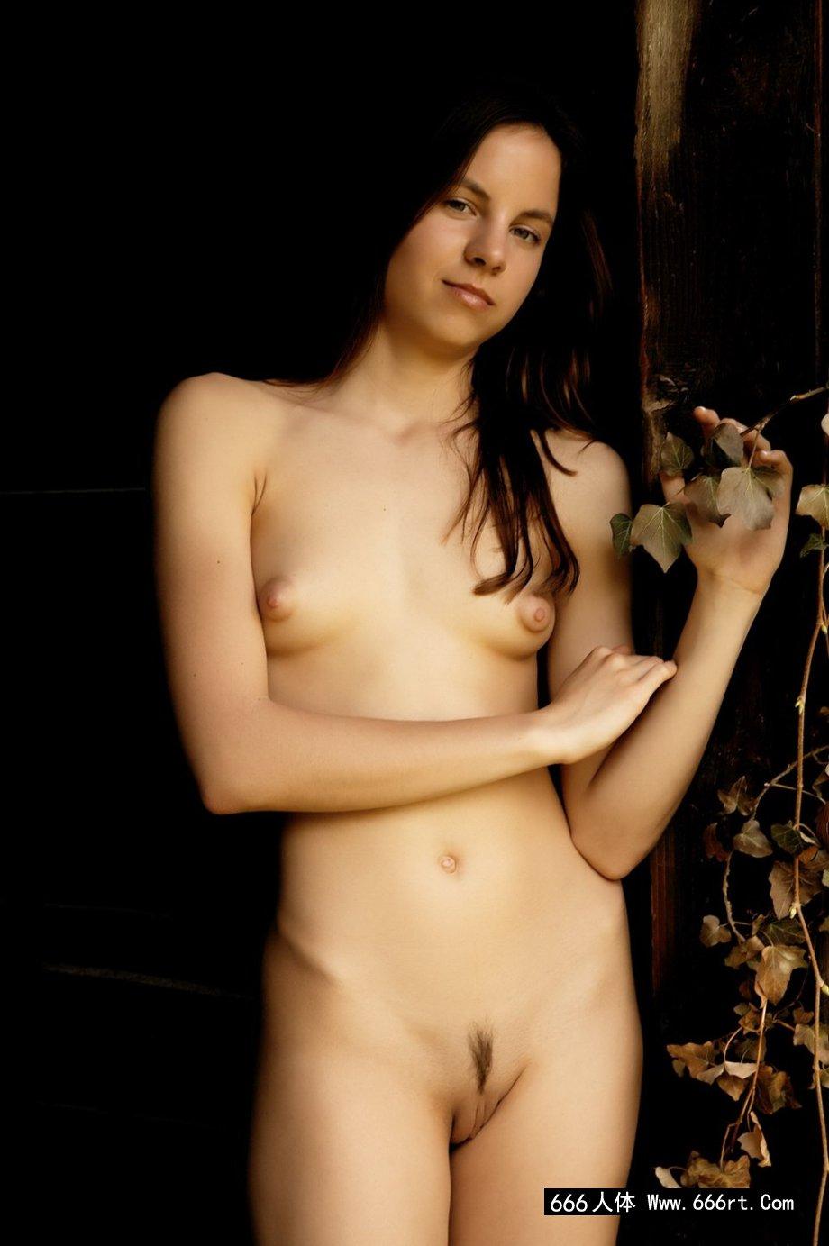 西班牙年轻尤物Alt小木屋门外写真