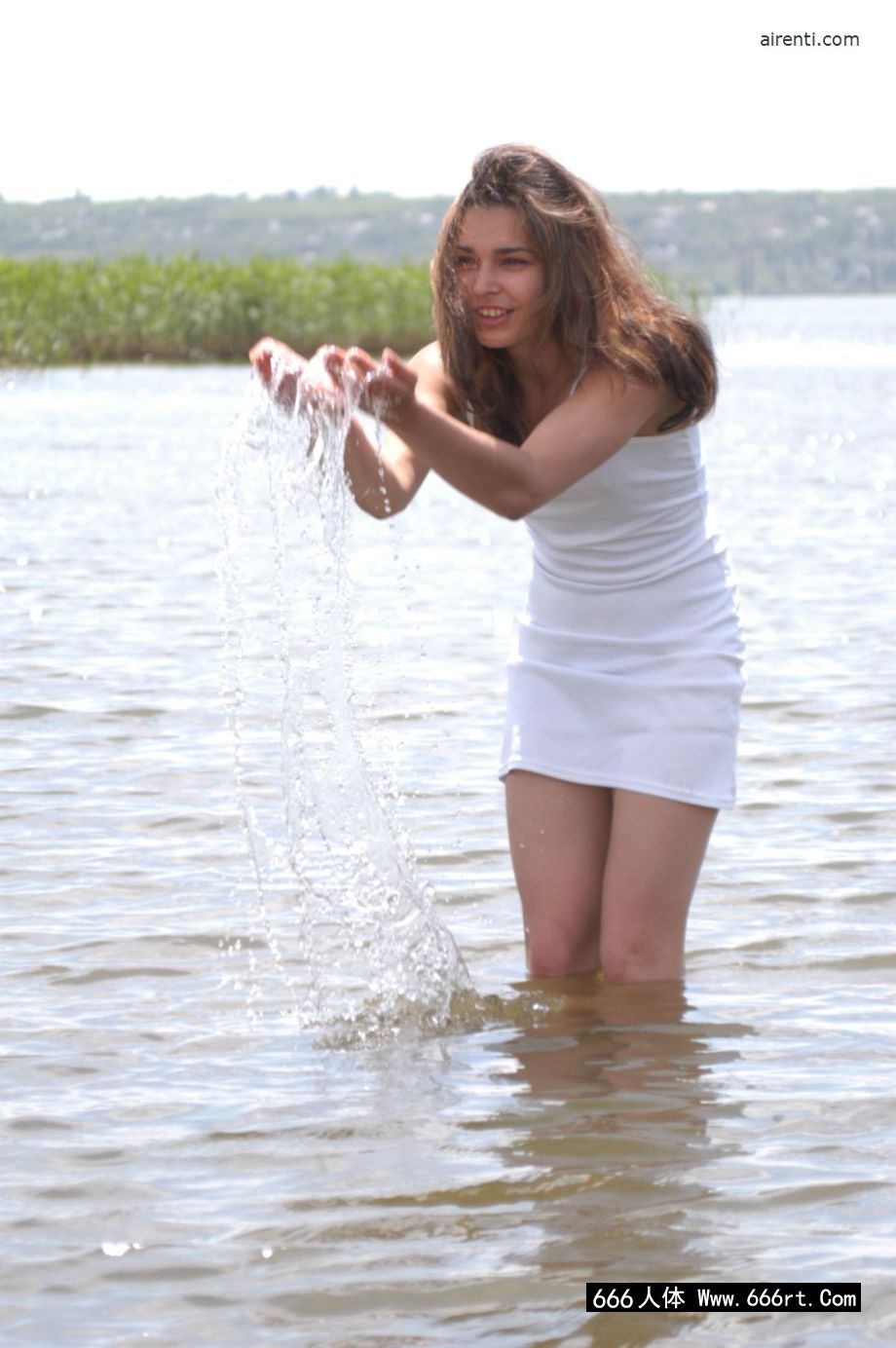 湖边外拍穿青苔特色泳装的名模Daisy
