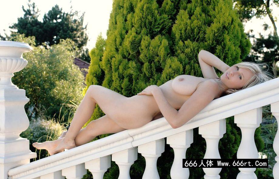 外拍白色石阶上的金发美淑女Selena