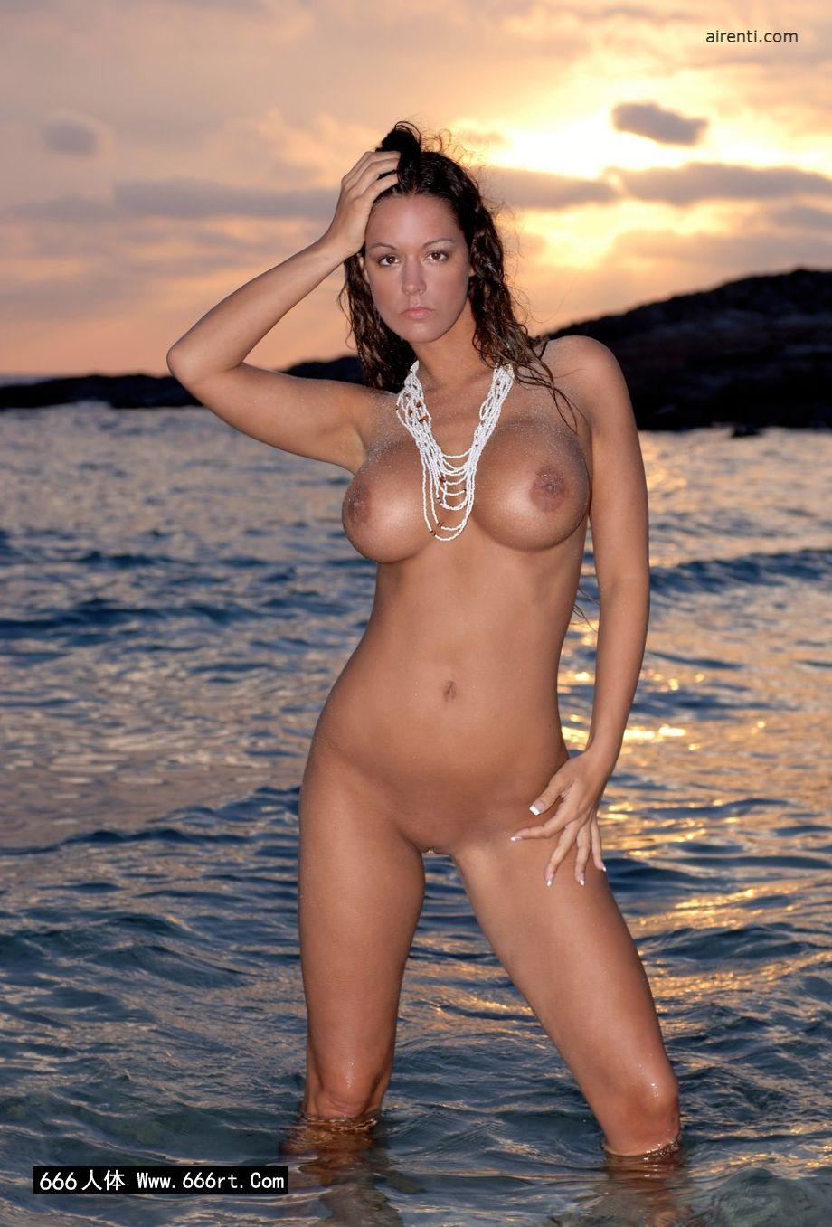 性感妹子Cecilia黄昏海边外拍人体_西西人体模特