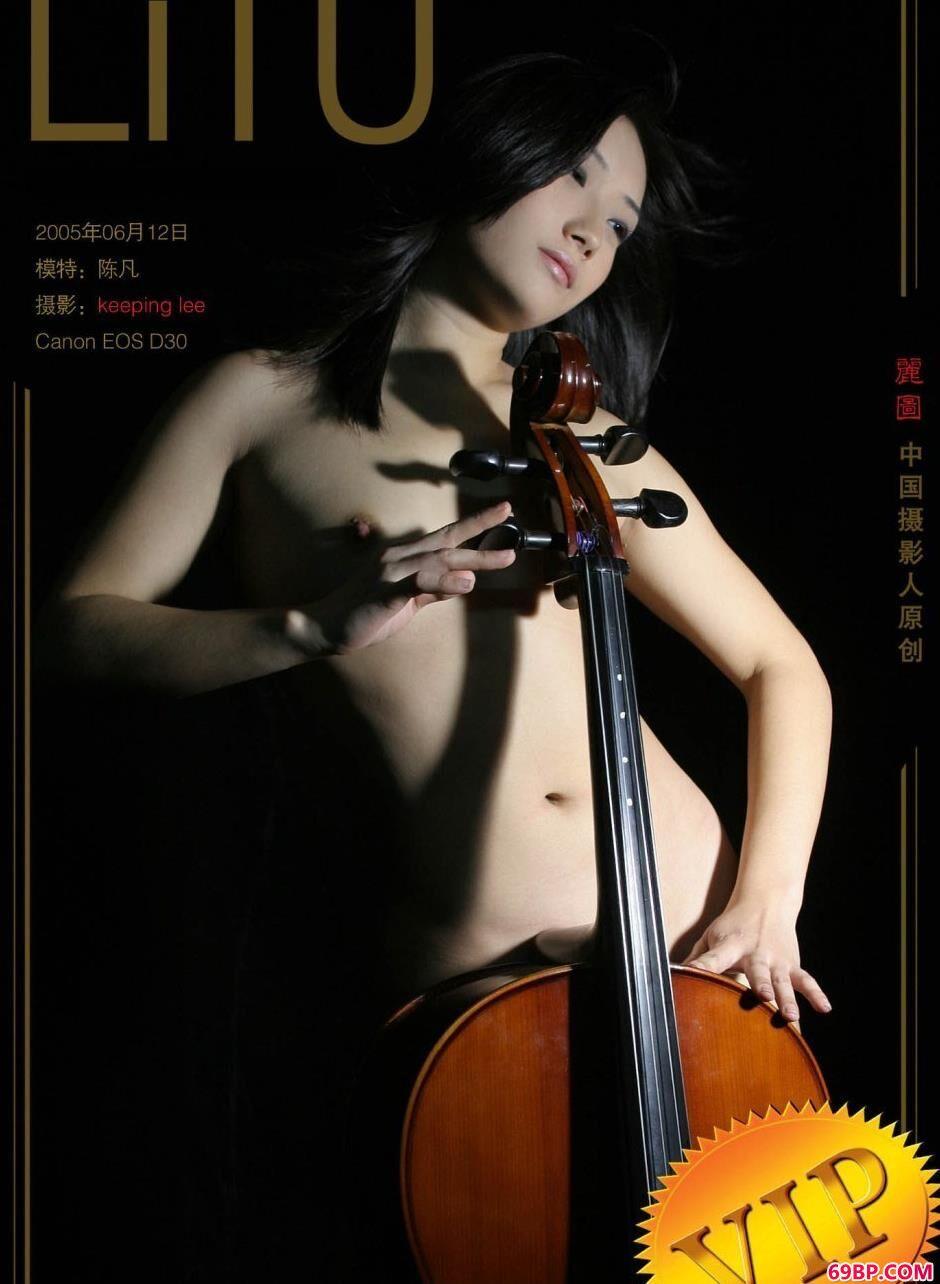 性感靓妹陈凡棚拍大提琴人体1_美背美女