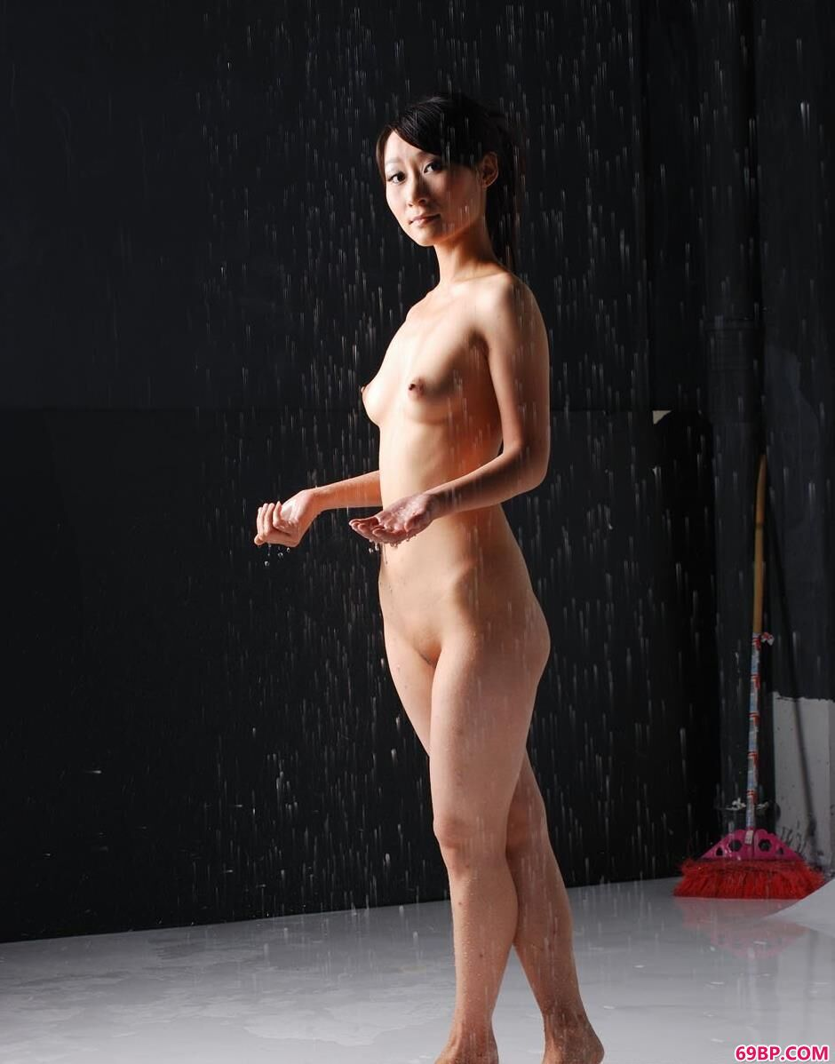 x西西_嫩模小贤写真棚里的雨水人体