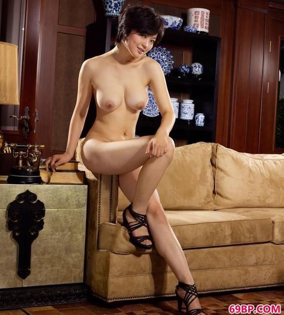 嫩模苏西沙发上的娇嫩美体_西西人艺体生值器大胆