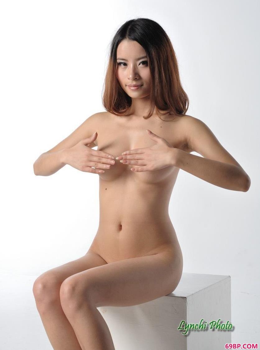 名模怡香写真棚里的可人人体