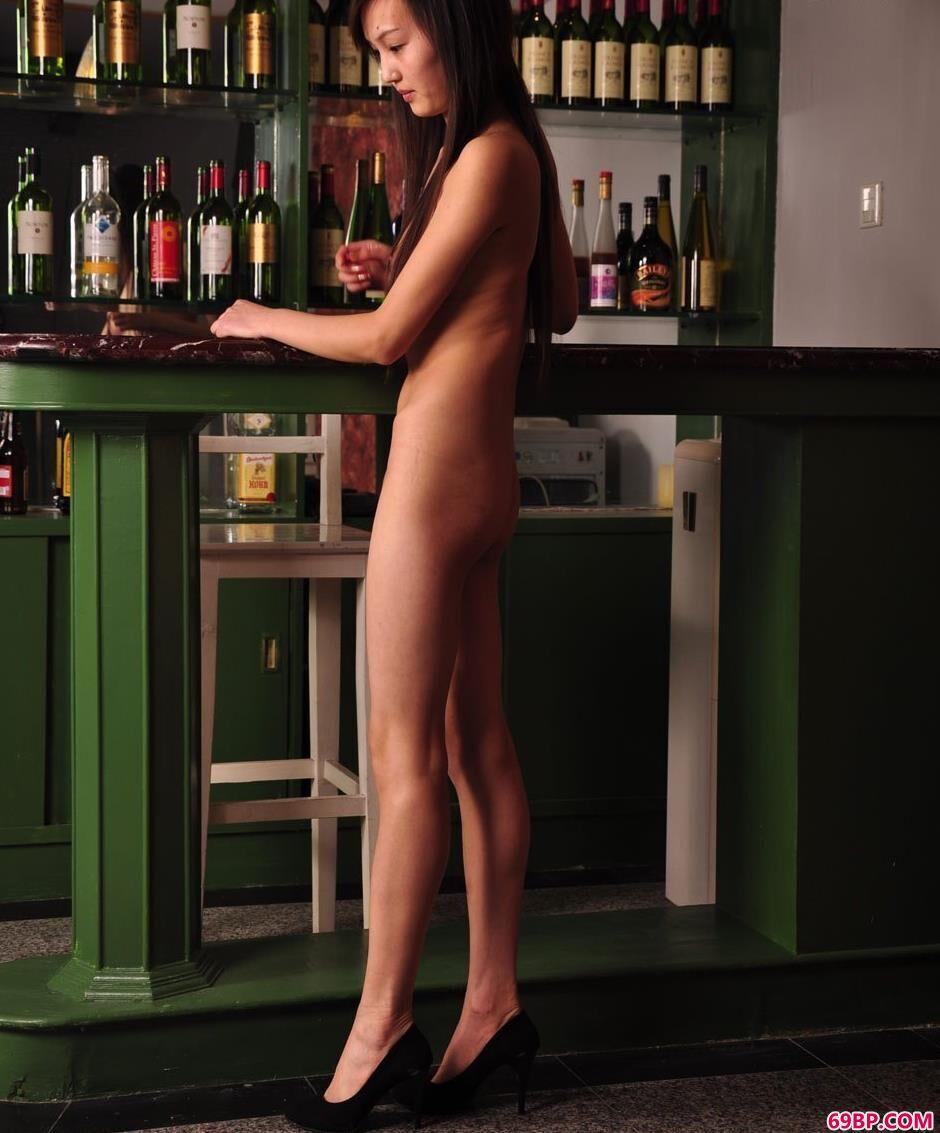 XXX国产厕所拉尿_嫩模明明吧台里的清纯美体1