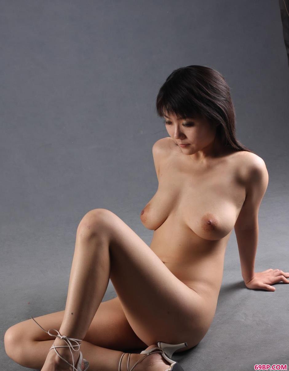 名模水妞图片棚里的丰润身材2_360人体艺术