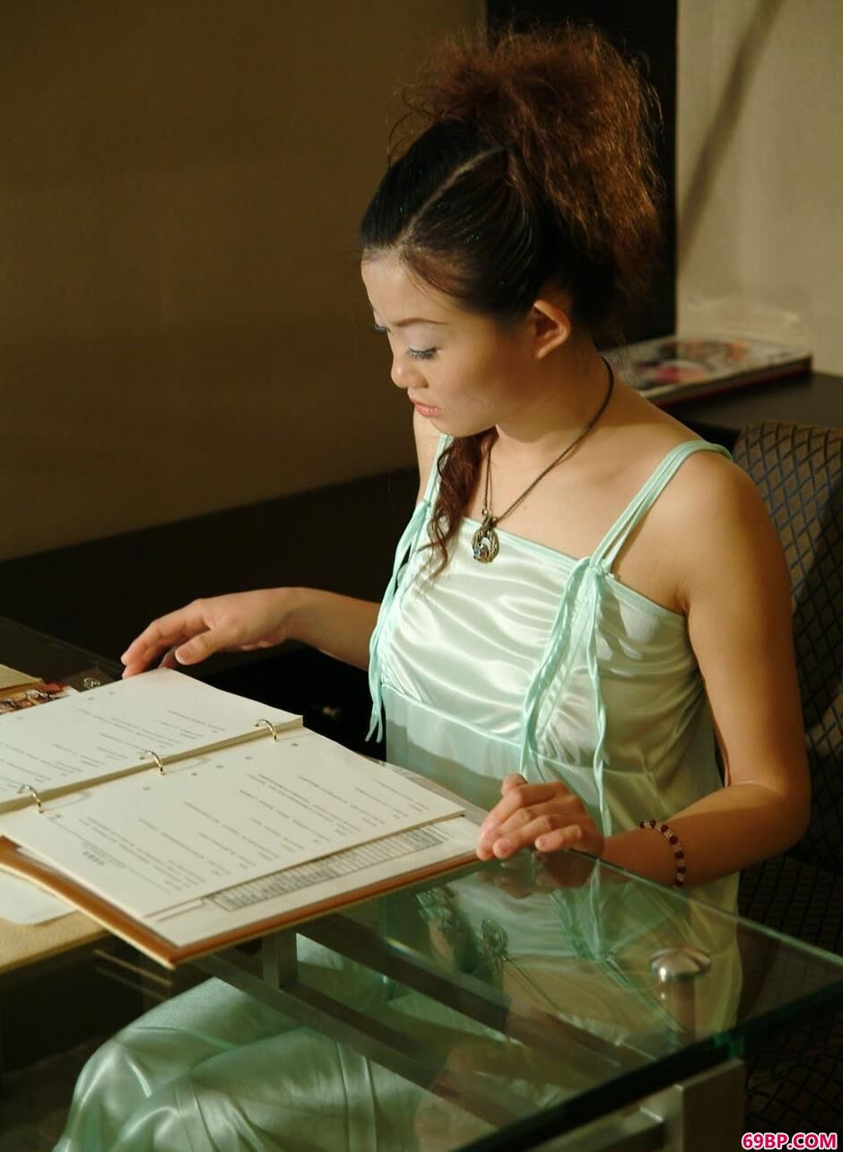 搡老熟女_裸模颖星玻璃桌上的古典美体