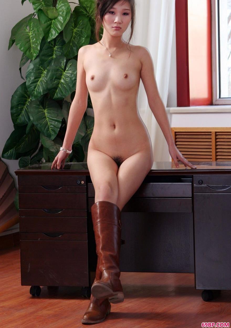 靓妹彭佩丝办公桌上的妩媚人体
