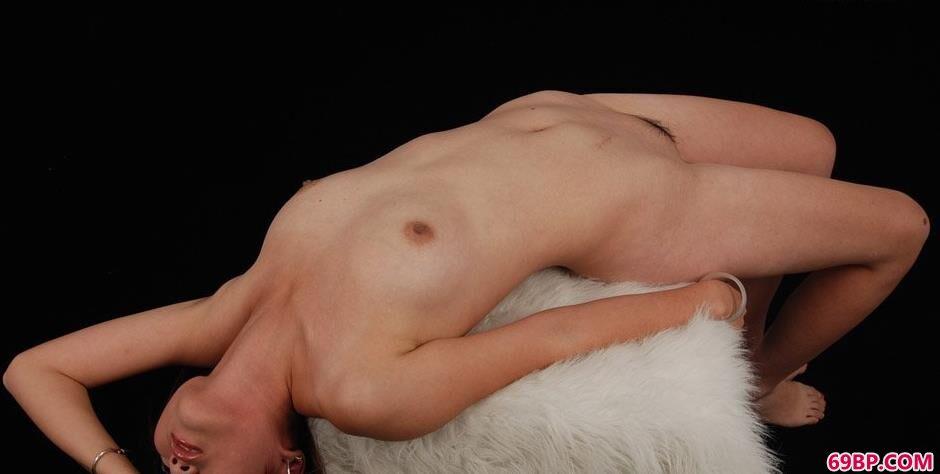 靓妹茜茜棚拍羊毛毯上的风骚人体_欧洲15人体艺术图片