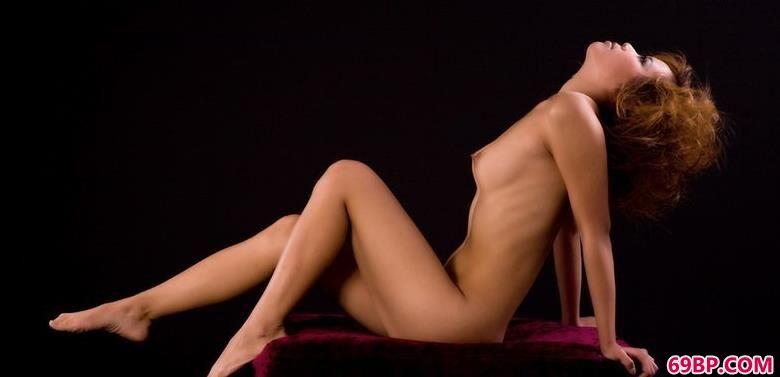 裸模清羽暗室内的撩人身材