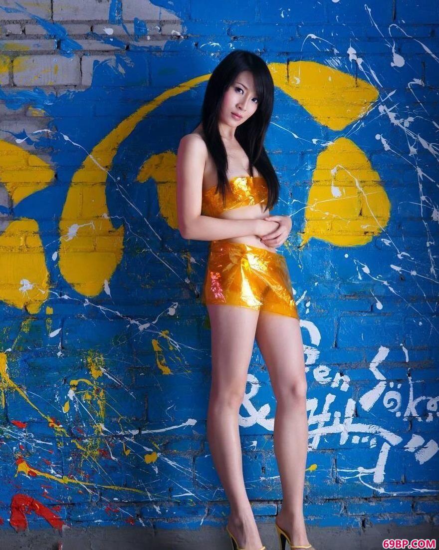 涂鸦墙前苗条的嫩模美琪儿3_西西人体极品鲍鱼艺术图片欣赏