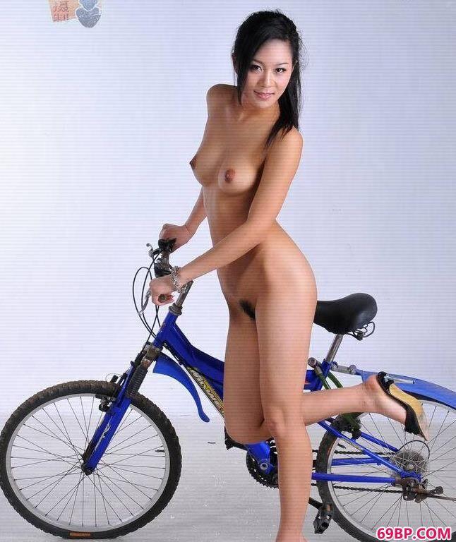 人体艺术王_靓妹嫩模寒磊骑单车