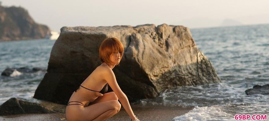 爱人体-看人体人体摄影_海滩上YUMI内衣美体4