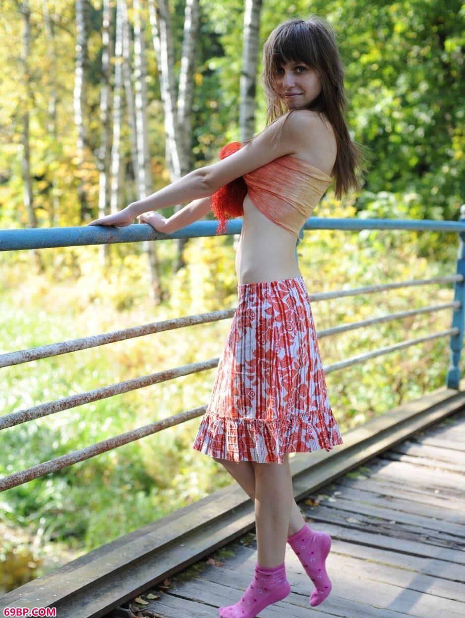 嫩模Lilli小桥上的风情美体1_西西人体高级版高清