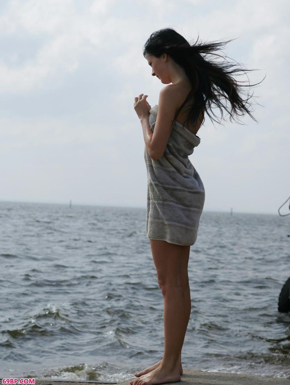 裸模Ludmila海边沙滩上的诱人身材