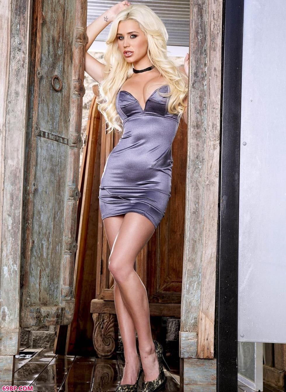 超模Scott老房子里的丰腴人体_美女人体艺术网