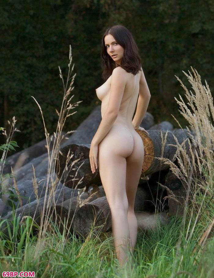 超模Sarah郊外拍木材人体_西西人体大胆摄影挤奶