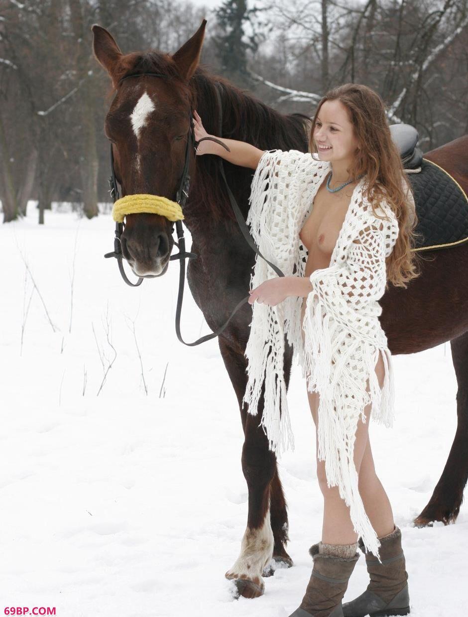 裸模Kristina雪中骑马飞奔1