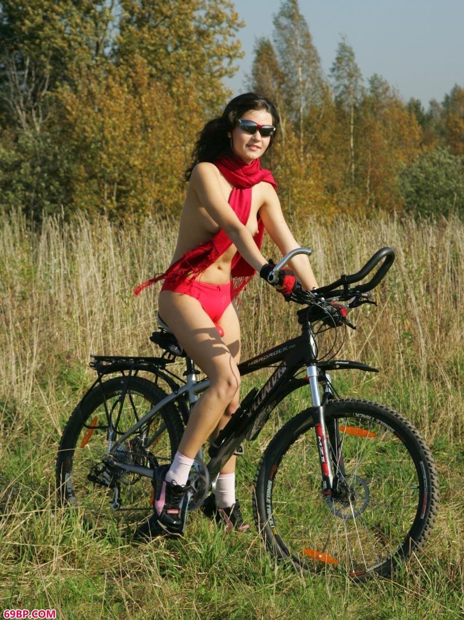 日本大胆欧美人体艺术_名模Dasha骑自行车到野外拍摄