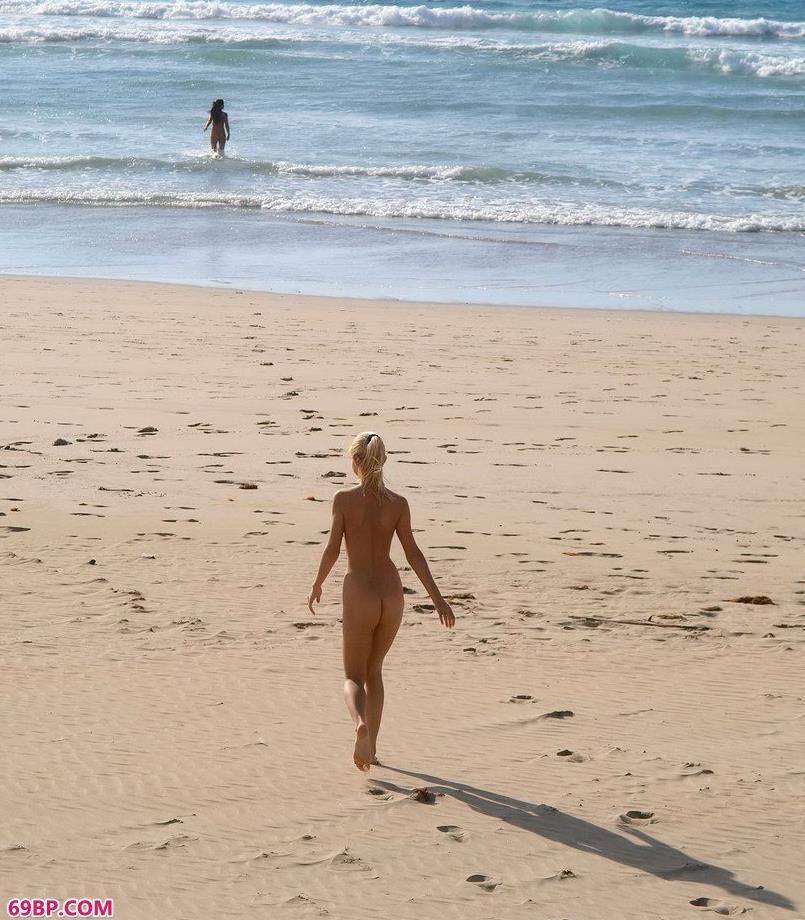 粉嫩95后14p_嫩模Jacqueline沙滩上的泥巴人体