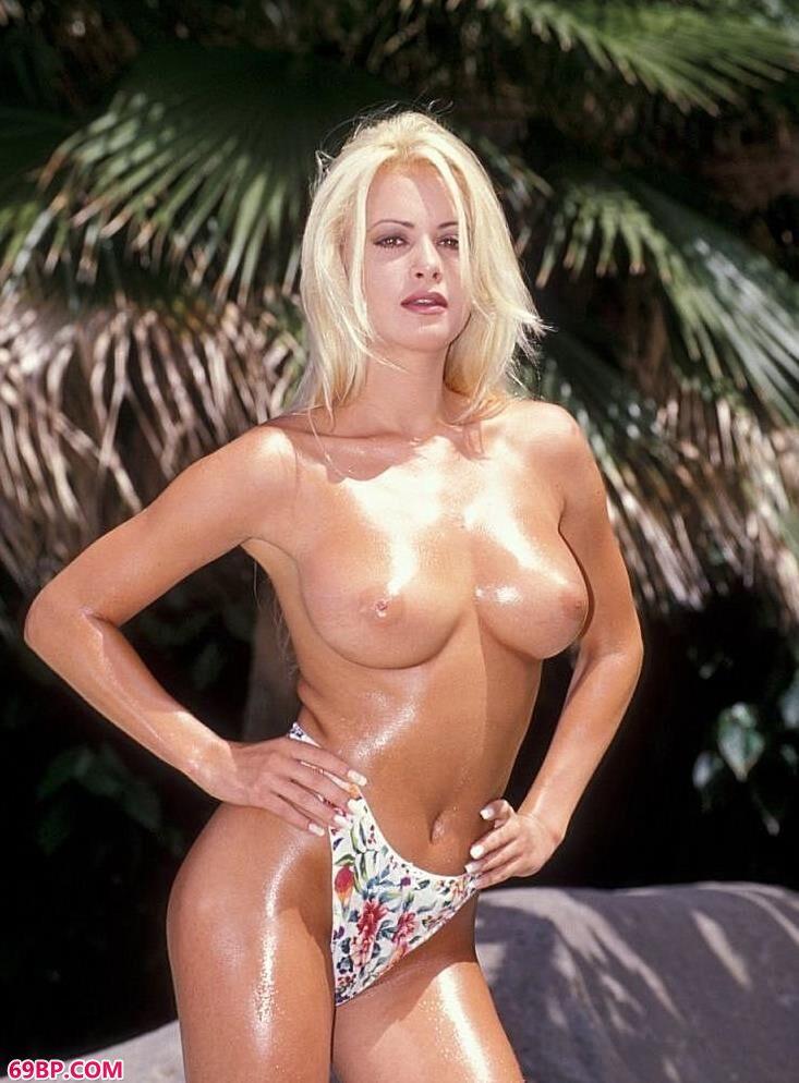 太小嫩了11p_裸模Letitia香蕉林前的豪爽人体
