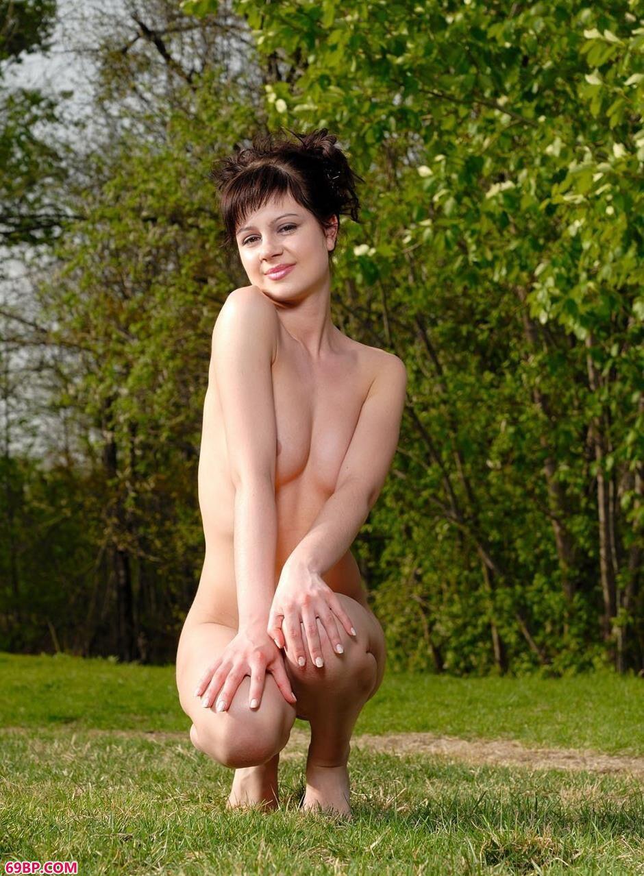 草坪上沐浴阳光的人体嫩模1