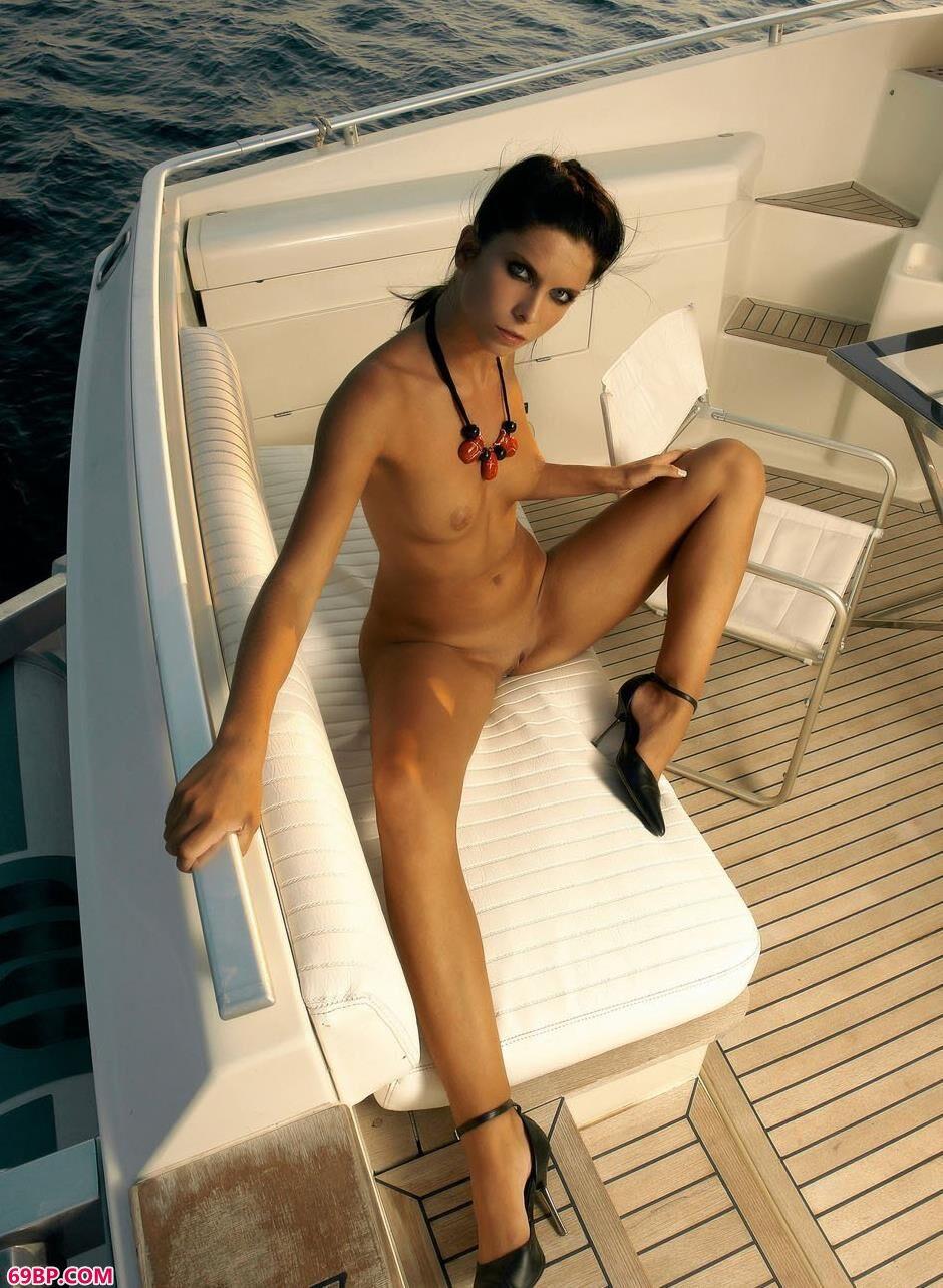 靓女凯莉在游艇上的风骚人体2西西人体摄影术