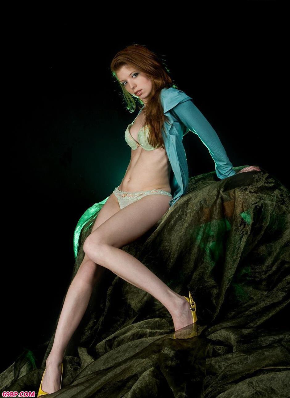 美人海伦棚拍性感湿身人体1_中国正版男西西人体