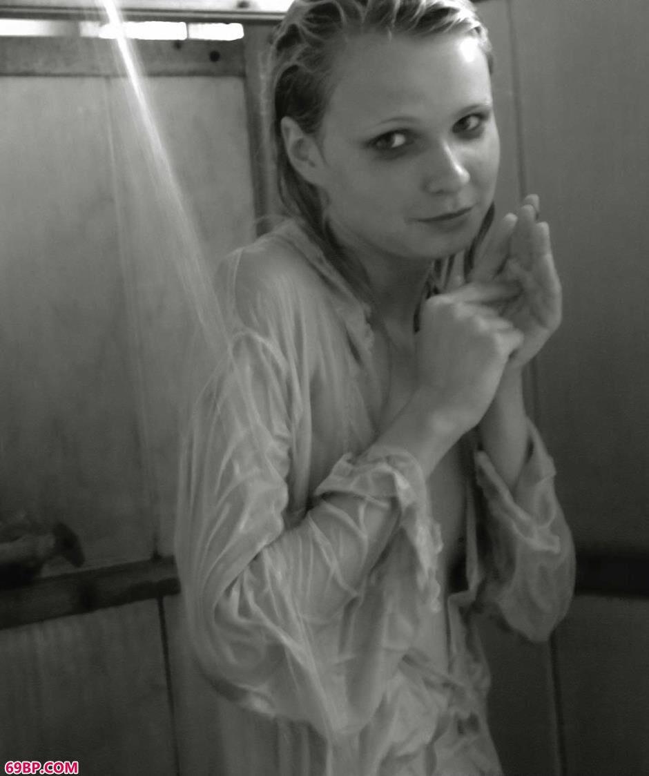国外美女厕所里的黑白人体