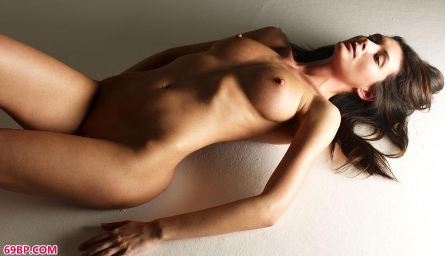 美模Orsi密室里的勾魂美体_西西人体自然艺中国正版
