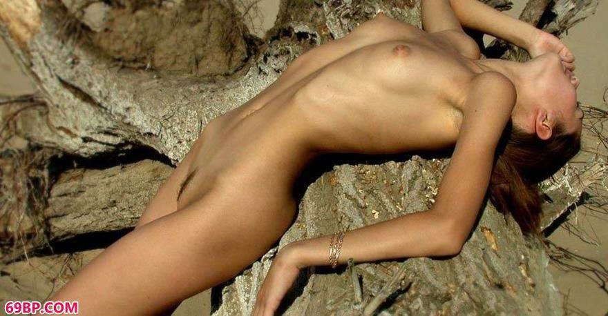 靓妹曼普特大岩石上的美体