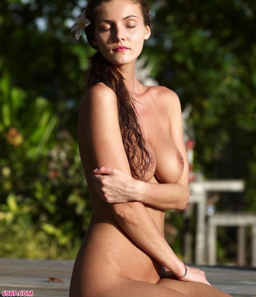 嫩模琳达日落下的人体1_英国美女真人阴唇大胆艺术照