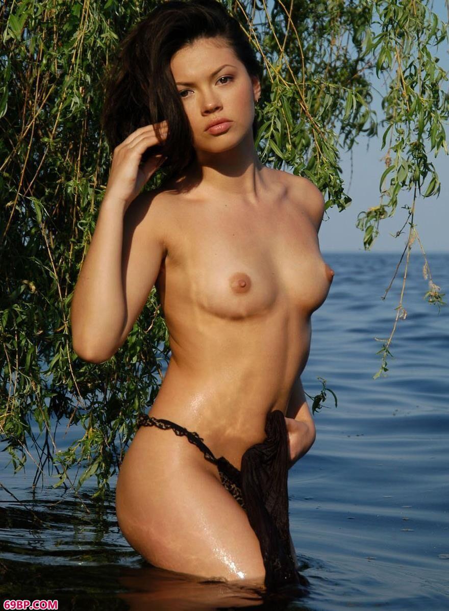 湖水里柳枝下的国外人体艺术1_巨乳人体艺术