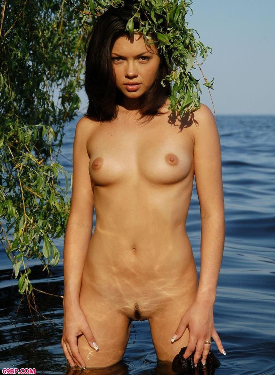 湖水里柳枝下的外国人体艺术2