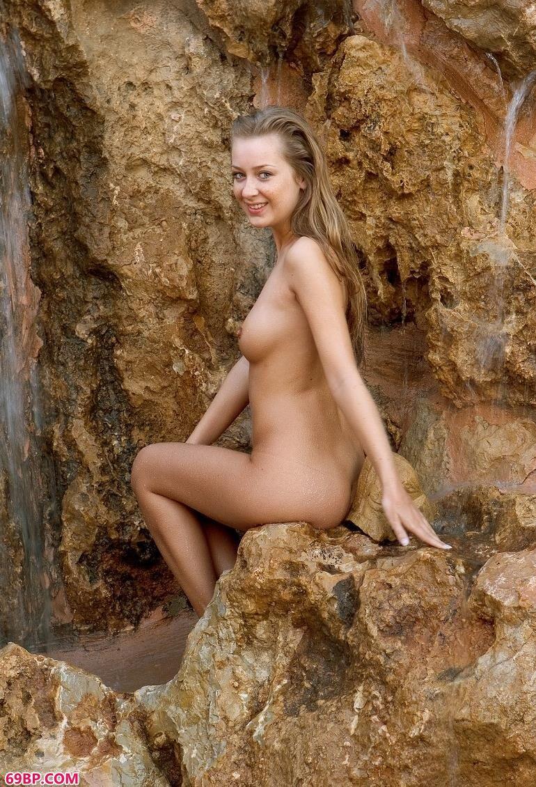 天然浴场的俄罗斯人体艺术_GOGO西西高清人体