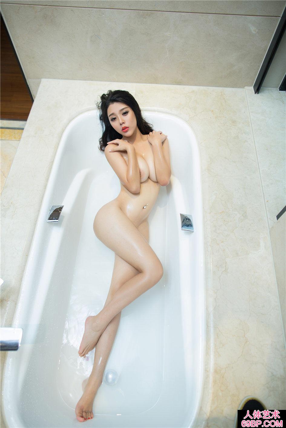 身材很棒的大学生浴室湿身人体写真