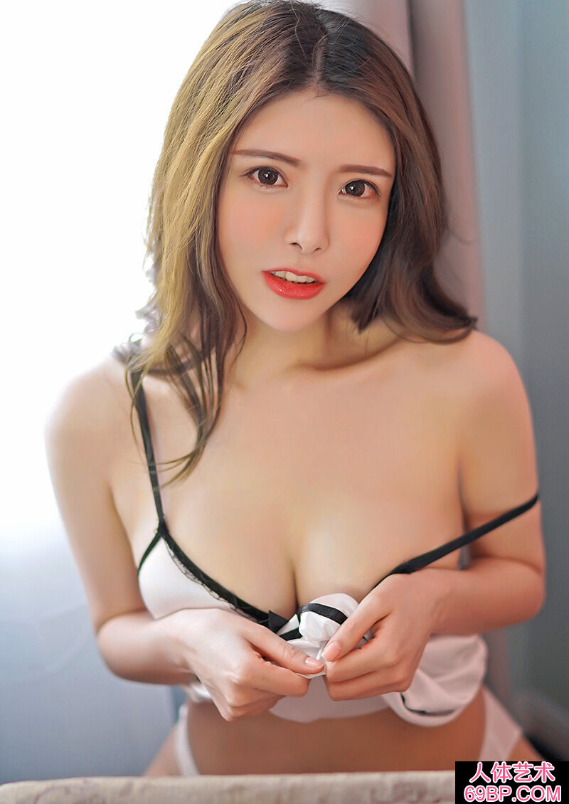 漂亮的长发美女模特性感露胸护士装第12张
