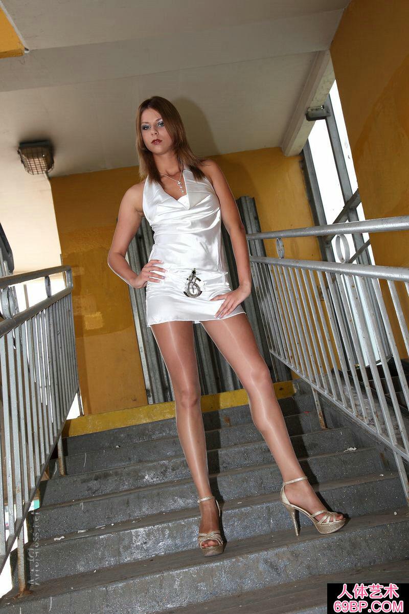 穿白色超短裙的东欧嫩模一丝不挂黑丝人体