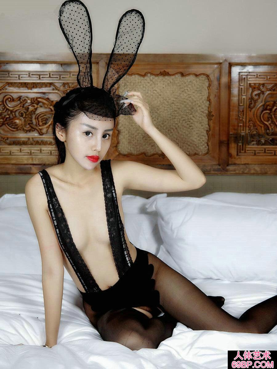 性感娇嫩的黑色蕾丝兔女郎私房照