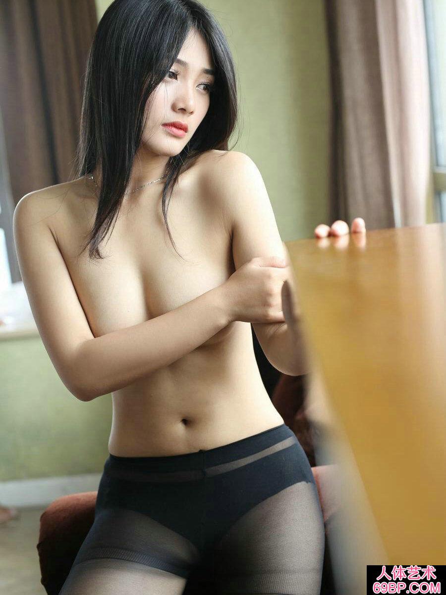 肤白貌美的丰满模特黑丝袜人体照第14张