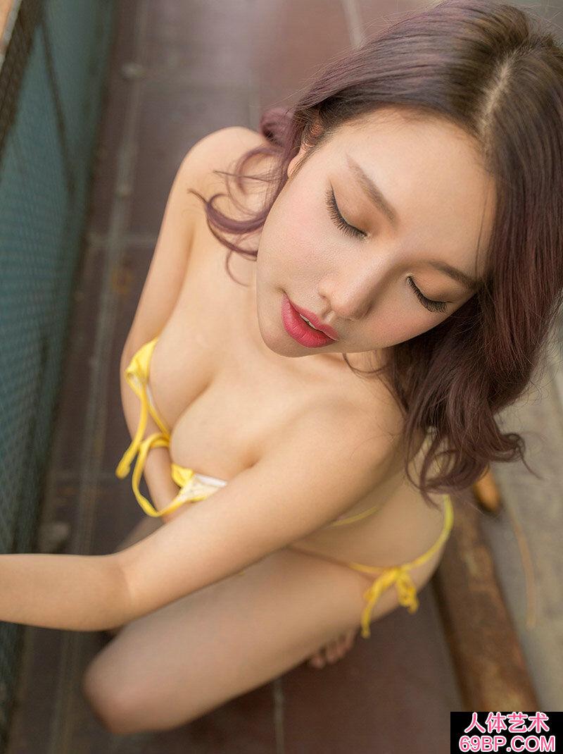妖艳成熟的宅男女神小妮撩人写真