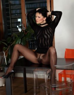 俄罗斯少妇穿超薄黑丝拍摄大胆写真