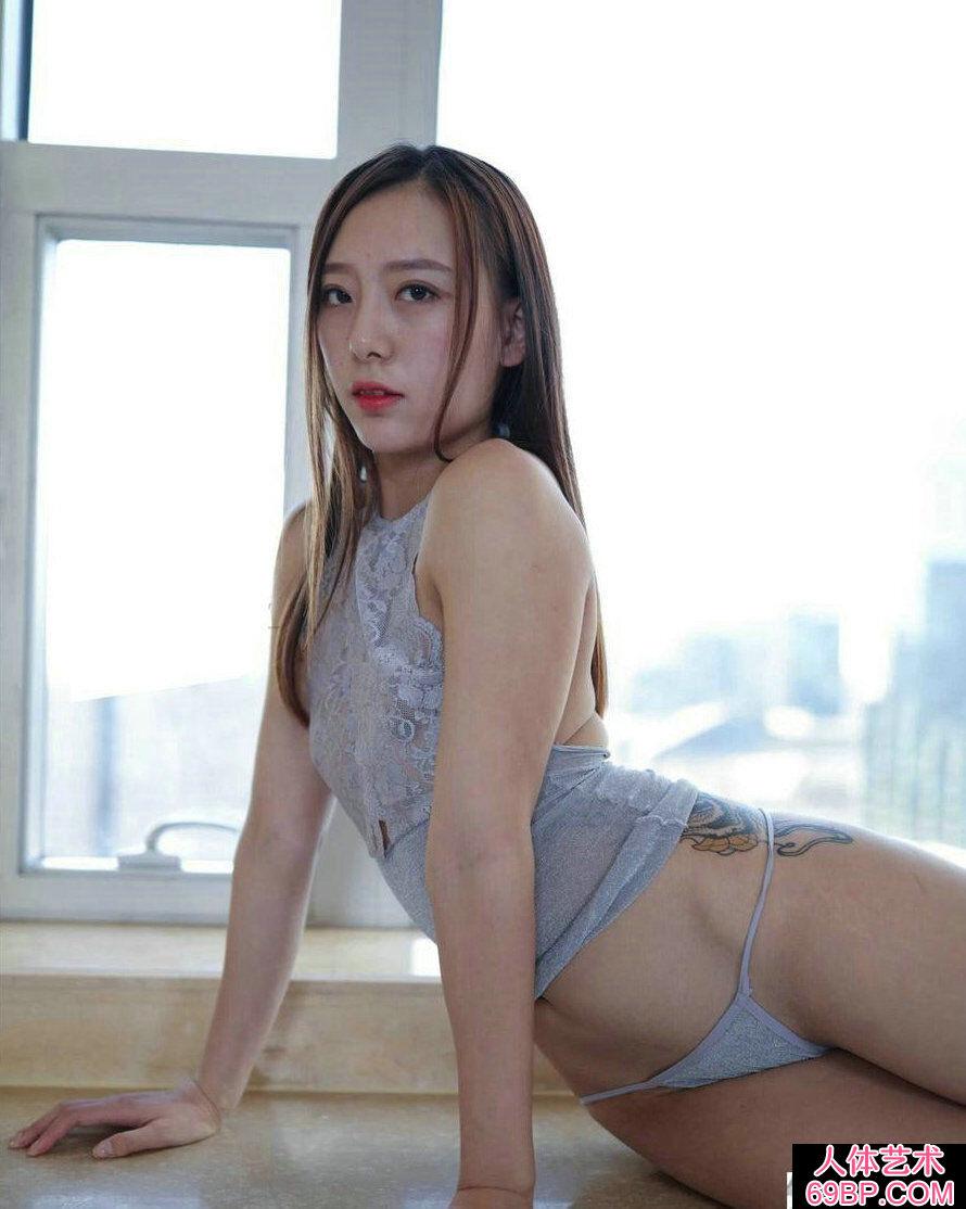 腿上有艳丽纹身的邻家淑女私密人体图