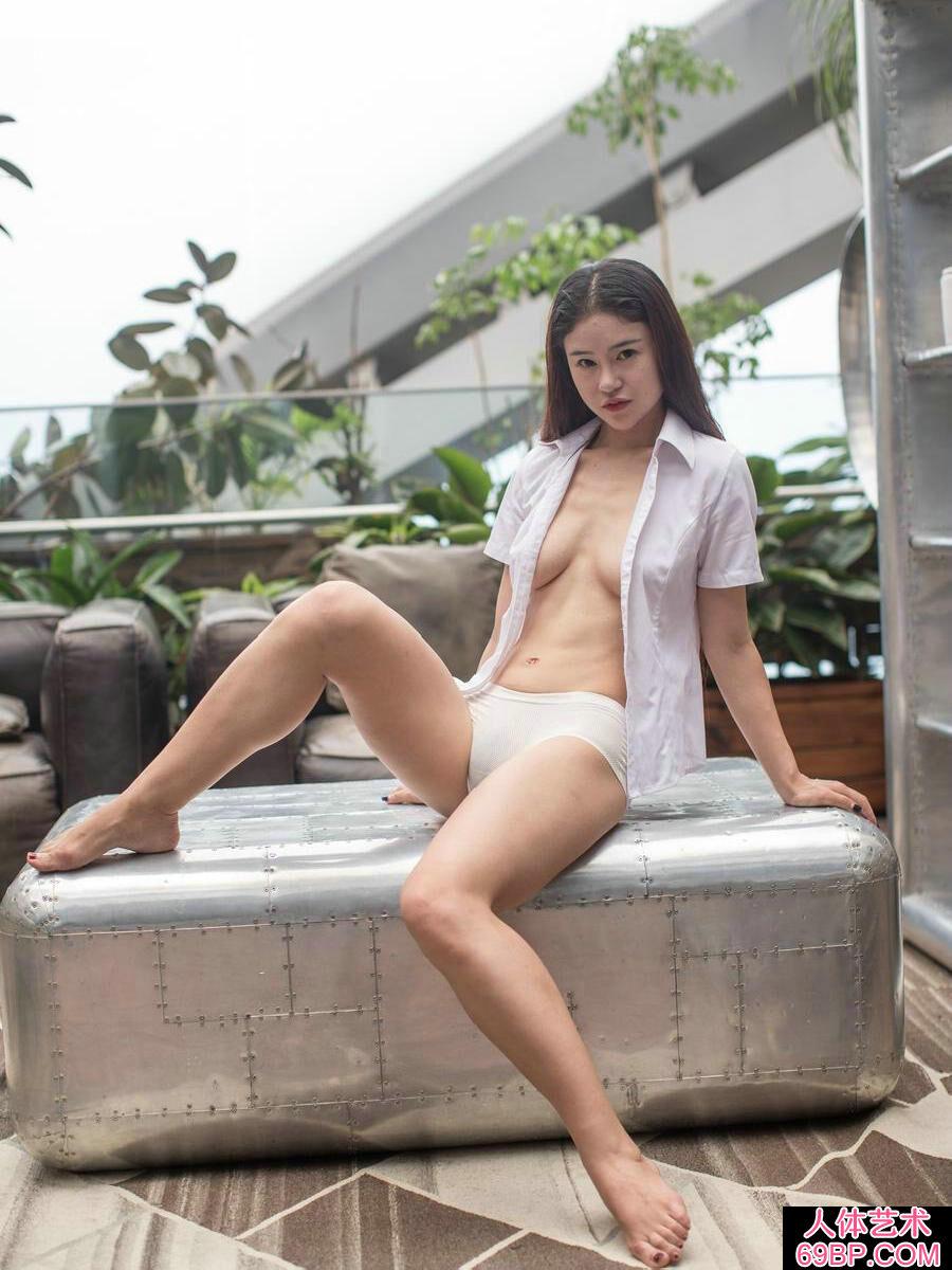 身材苗条的素颜名模����妖娆薄丝内裤秀