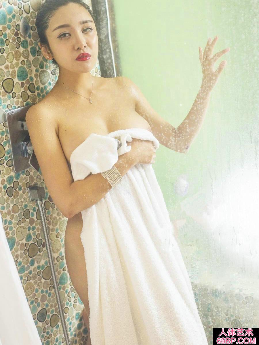 透过玻璃镜拍摄李梓熙牛奶沐浴人体照
