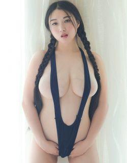 超级巨胸美女穿火辣高叉比基尼写