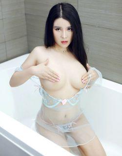 肤白貌美胸且大的美女Suki浴室写