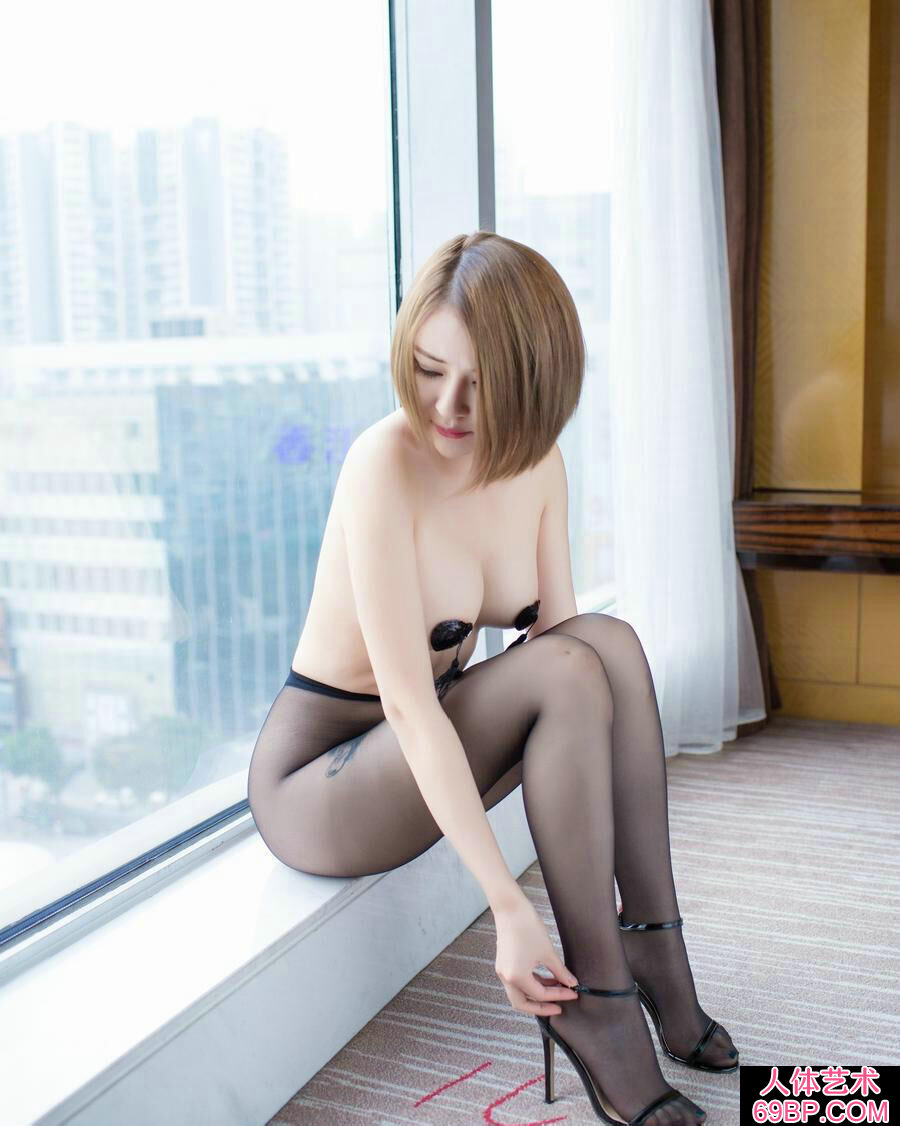 白皙透嫩的裸模凯竹超薄黑丝室拍人体写真