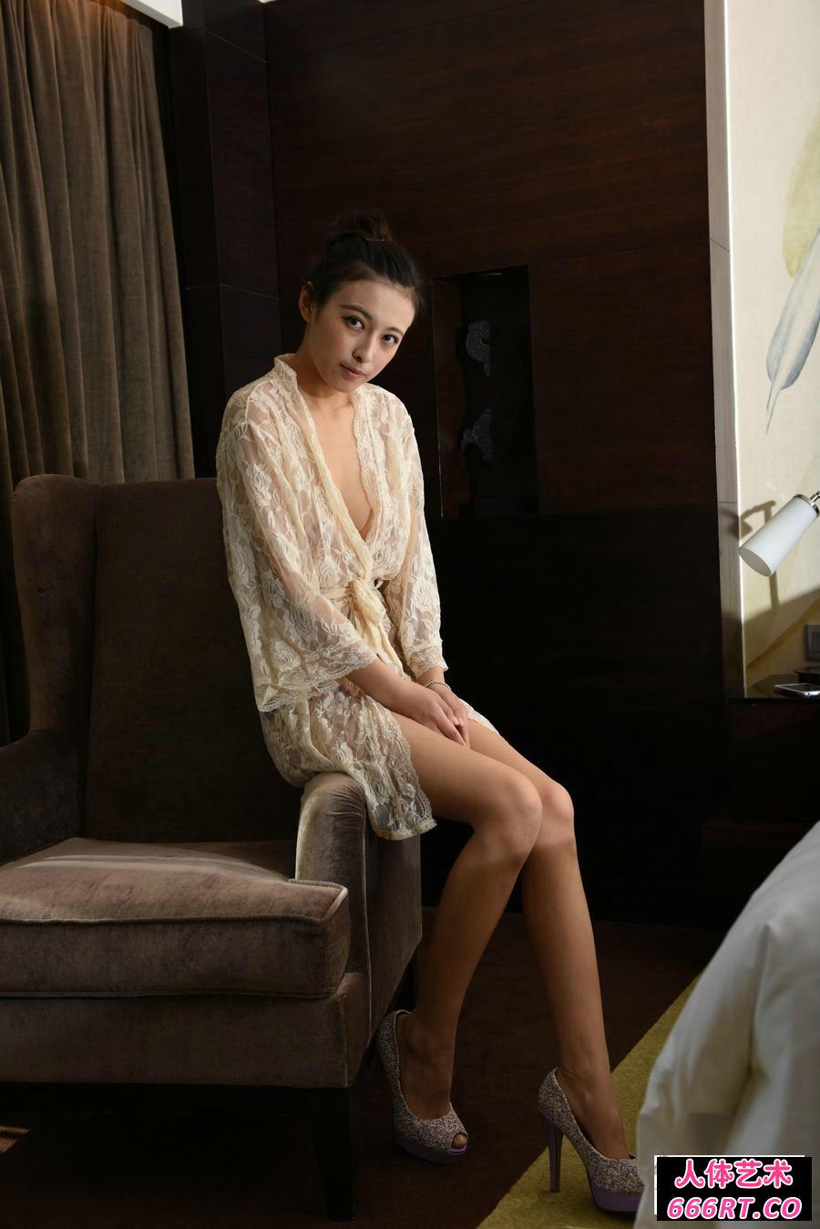 室拍红色丝绸上的林晓亦妩媚私拍照